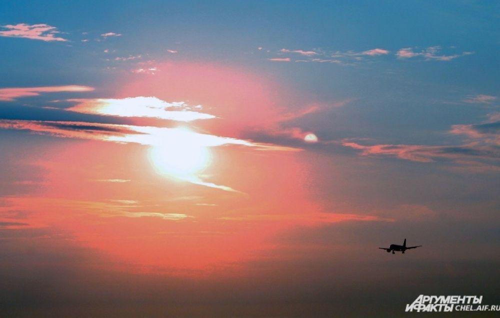Многие рейсы из Челябинска вылетают утром, и пассажиры могут любоваться рассветом.