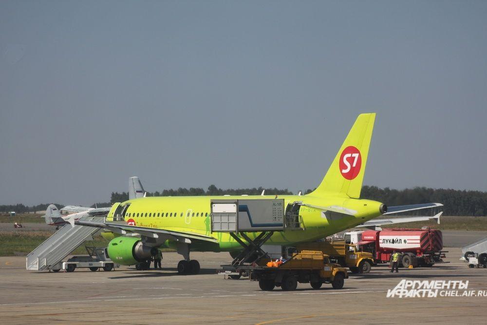 Как только пассажиры покидают борт, начинается его обслуживание: заправка топливом, загрузка бортового питания, проверка технического состояния.