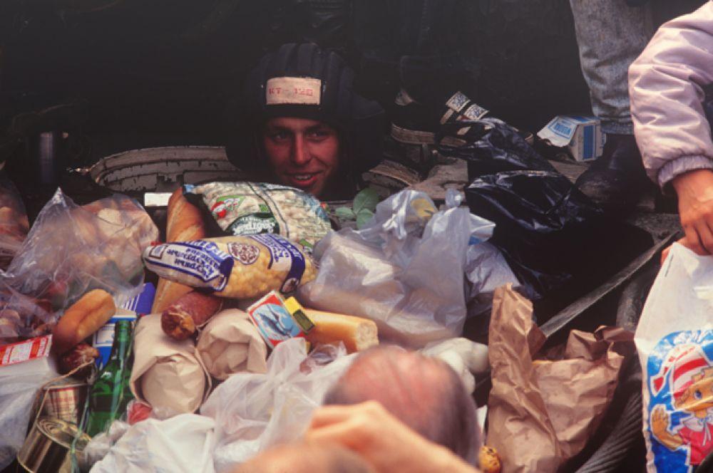 Части Таманской дивизии перешли на сторону защитников Белого Дома. Танкисту принесли продукты.