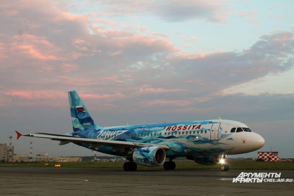 Некоторые авиакомпании придумывают для своих самолётов необычную раскраску. Этот борт выполняет рейсы в Санкт-Петербург и носит на себе эмблему футбольной команды северной столицы.