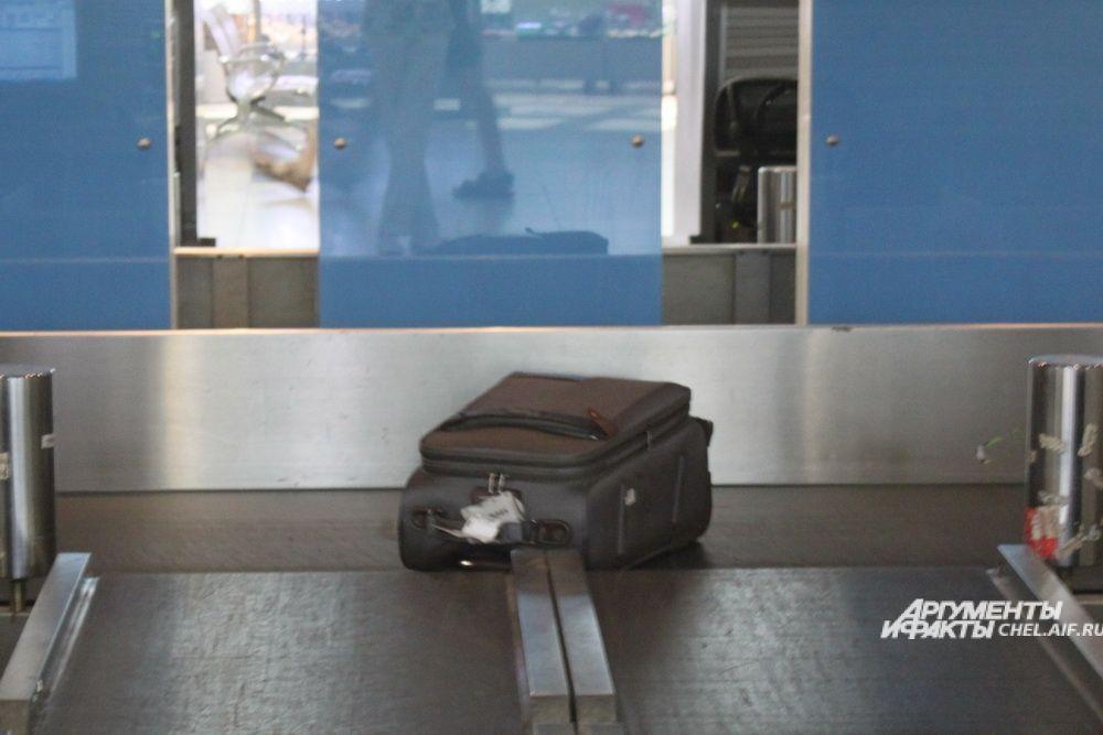 После того, как пассажир сдает свой багаж, по ленте чемоданы едут в багажное отделение.