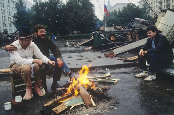 Защитники Белого дома в дни августовского путча. 19 августа 1991 года.