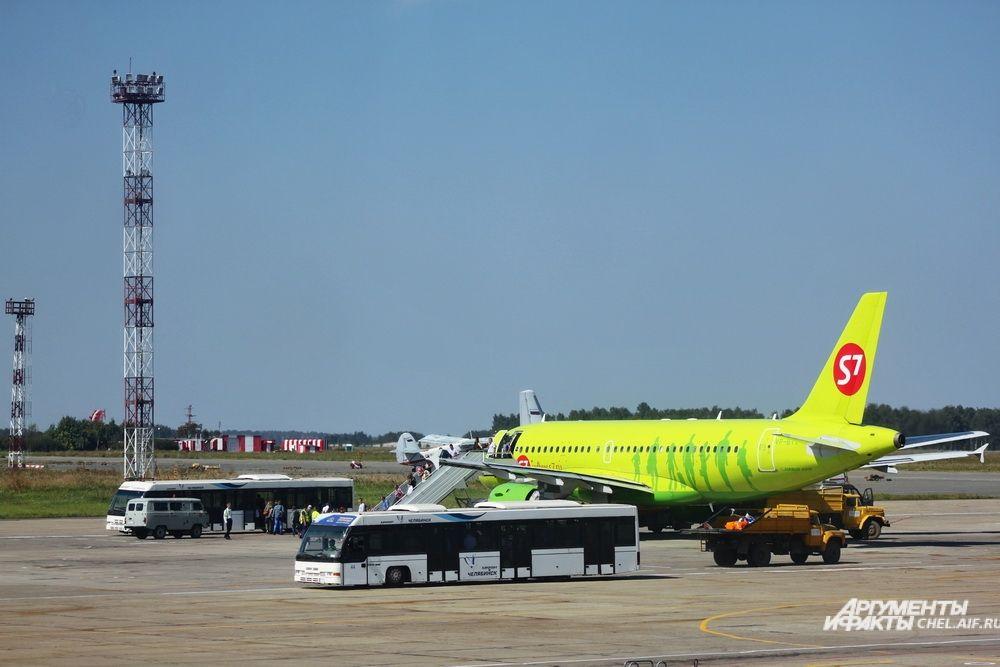 Пока телетрапов нет, авиапассажиров к самолёту доставляют на специальных автобусах.
