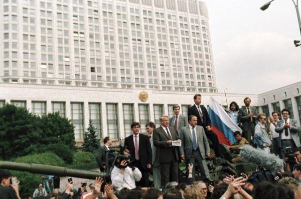 Президент РСФСР Борис Ельцин выступает у здания Совета Министров РСФСР во время попытки государственного переворота. 19 августа 1991 года.