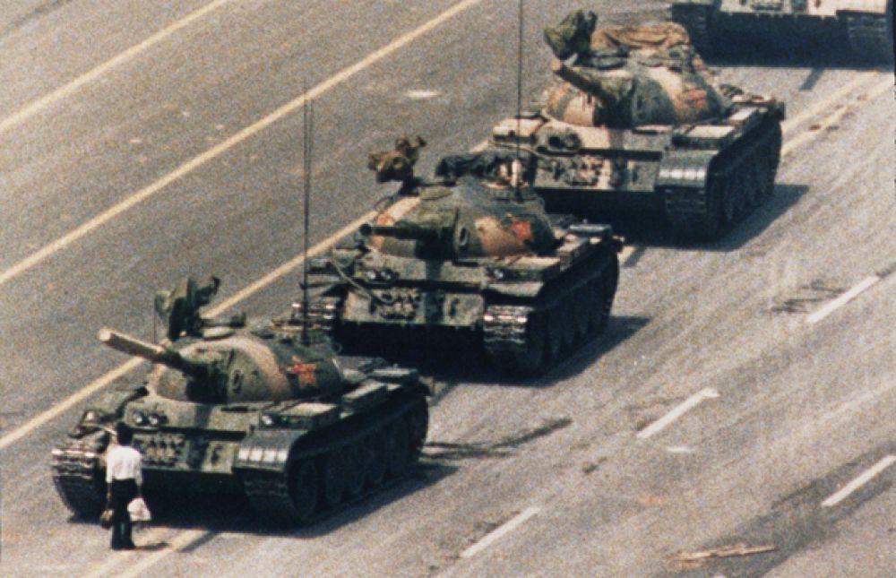 «Неизвестный бунтарь», сдерживающий продвижение колонны танков во время протестов на площади Тяньаньмэнь в Пекине в 1989 году.