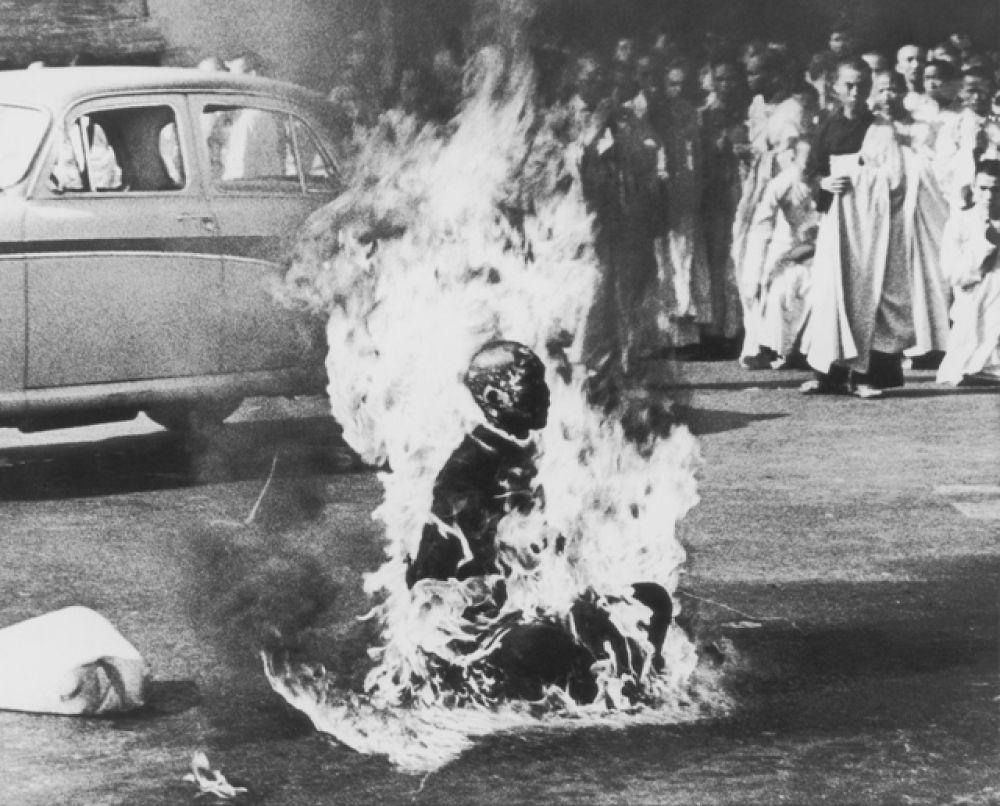 Знаменитая фотография Малькольма Брауна, на которой изображен буддийский монах Тхить Куанг Дык, который в 1963 году во время кризиса в Южном Вьетнаме публично совершил акт самосожжения на одном из оживлённых перекрестков Сайгона.