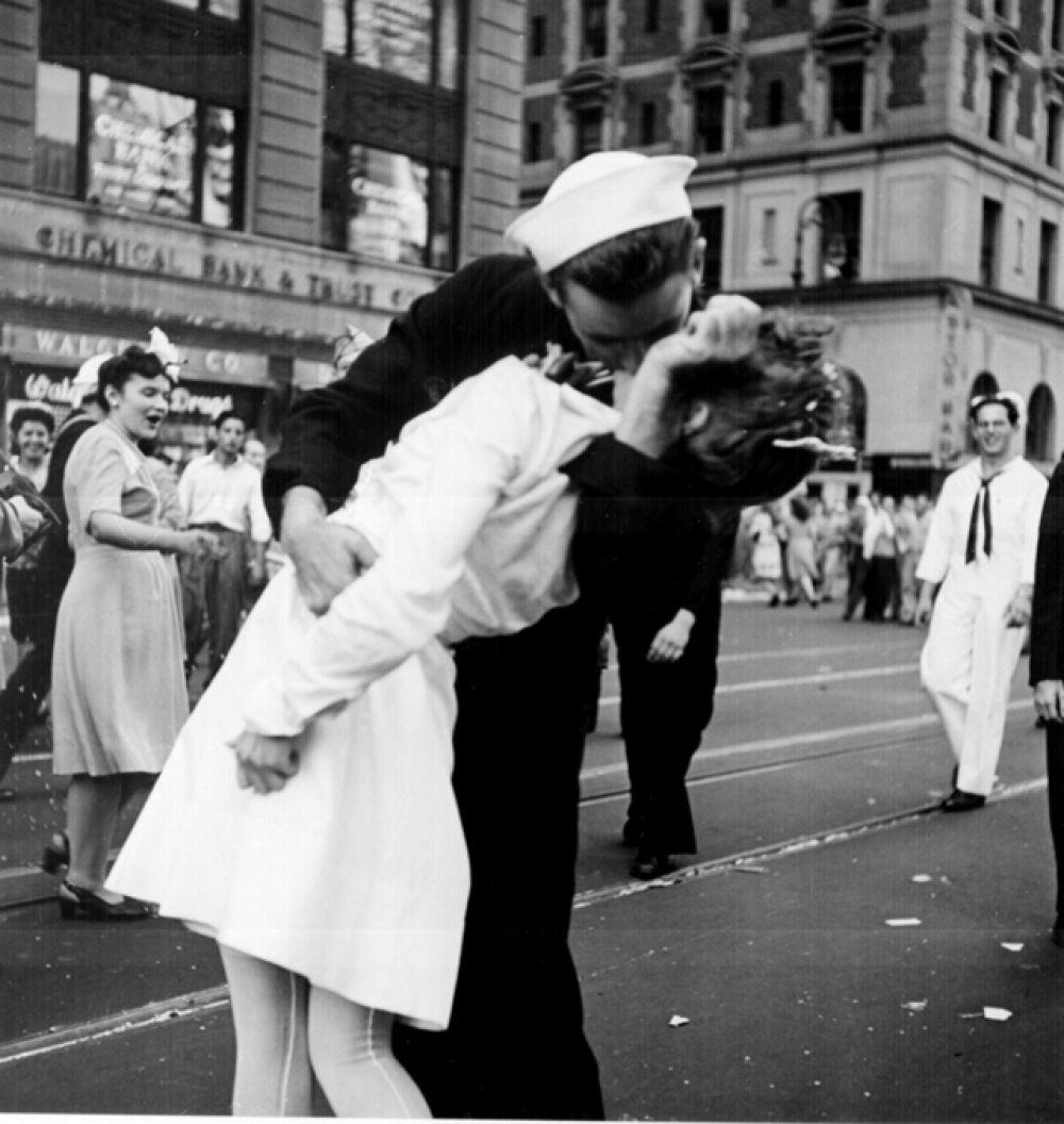 «День Победы над Японией на Таймс-сквер» («Поцелуй на Таймс-сквер») — фотография, сделанная Альфредом Эйзенштадтом, на которой запечатлён американский моряк Гленн Макдаффи, целующий медсестру Эдит Шейн, в День Победы над Японией, 14 августа 1945 года на Таймс-сквер в Нью-Йорке.