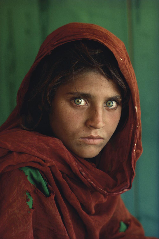 Стив Маккарри сделал фотографию «Афганская девочка» в лагере пуштунских беженцев вблизи Пешавара, Пакистан. Снимок впервые появился на обложке National Geographic за июнь 1985 года и был назван «самой известной фотографией» в истории журнала. Личность «афганской девочки» оставалась неизвестной на протяжении 17 лет, пока Маккарри и команда National Geographic не отыскали женщину по имени Шарбат Гула в январе 2002 года.
