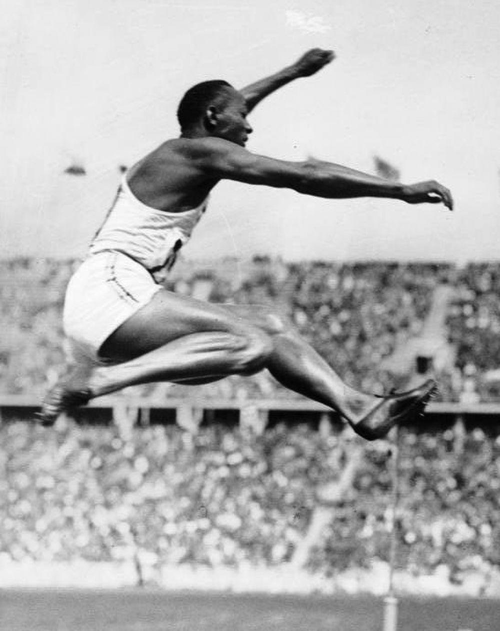Джесси Оуэнс совершает свой рекордный прыжок в длину на Олимпиаде-1936.