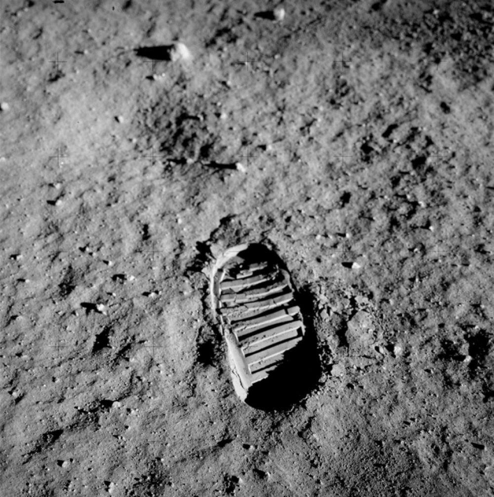 Снимок следа подошвы обуви астронавта Базза Олдрина на поверхности Луны, сделанный им 21 июля 1969 года.