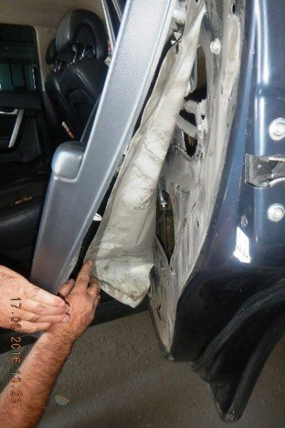 В качестве тайника он использовал полости под обшивкой багажного отделения, передних дверей, за решеткой радиатора и в «крыле» автомобиля.