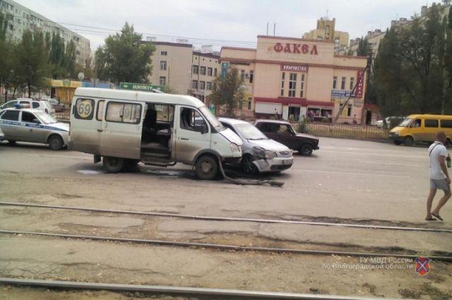 ВВолгограде столкнулись Киа Carens имаршрутка, есть пострадавшие