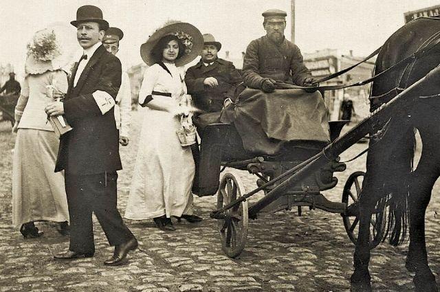 Челябинск, ул. Уфимская. Участники благотворительной акции собирают средства в пользу голодающих. 1912 год.