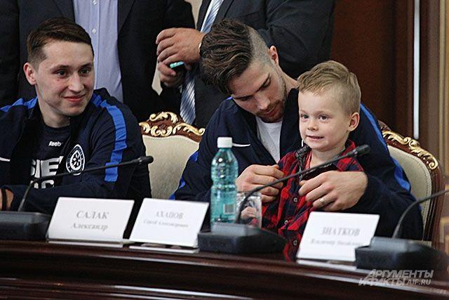 Вратарь ХК «Сибирь» Александр Салак с сыном, на приеме у губернатора