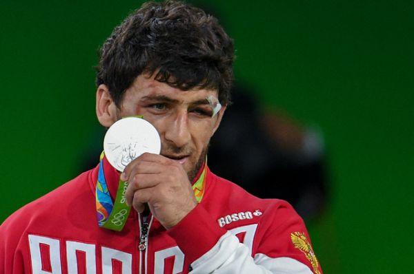 Аниуар Гедуев завоевал серебряную медаль на соревнованиях по вольной борьбе в весовой категории до 74 кг.