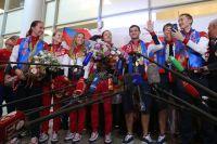 Спортсмены сборной России по фехтованию во время церемонии встречи в аэропорту Шереметьево.
