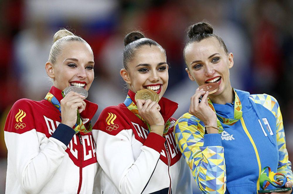 Яна Кудрявцева (слева) завоевала серебряную медаль в личном многоборье соревнований по художественной гимнастике на Играх-2016.