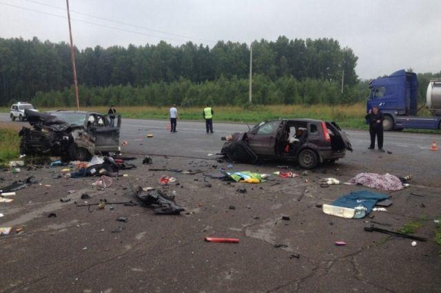 В результате лобового столкновения трое погибли и четверо получили тяжелые травмы.