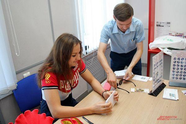 Все желающие могли получить на память почтовую карточку с изображением участницы Олимпиады прямо из рук самой Дарьи Муллакаевой.