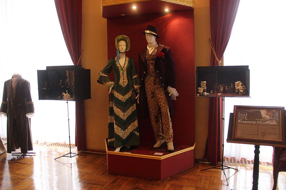 До начала спектакля можно было полюбоваться работами главного художника театра, заслуженного деятеля культуры Украины Владимира Медведя