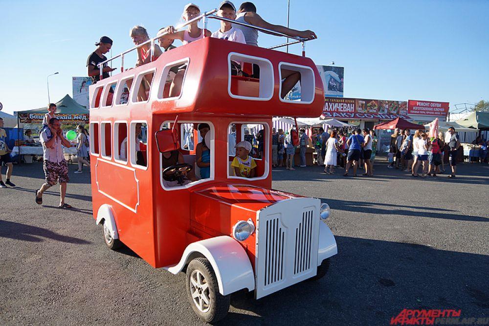 Для детей ходил яркий автобус.