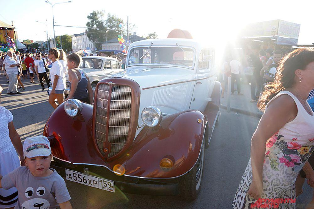 Рядом расположилась выставка раритетных автомобилей.