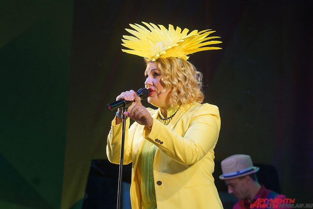 Завершила насыщенную городскую программу известная российская певица Ева Польна.