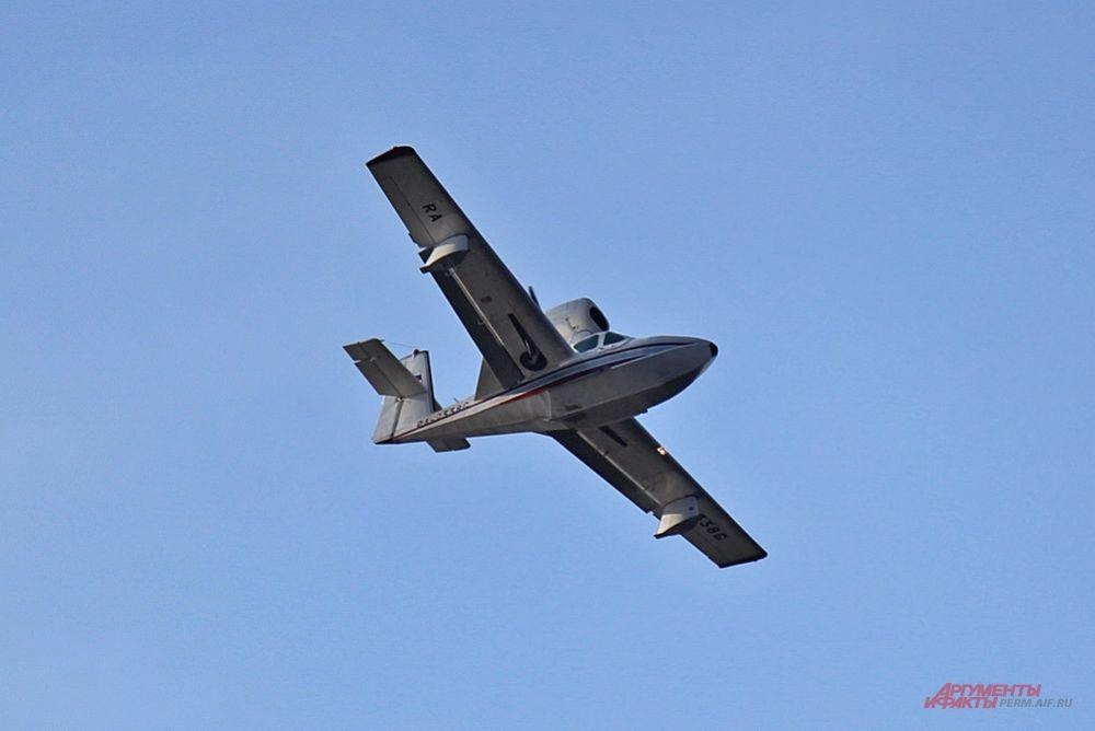 Американский лёгкий четырёхместный самолёт-амфибия LA-4 выступил самым первым.