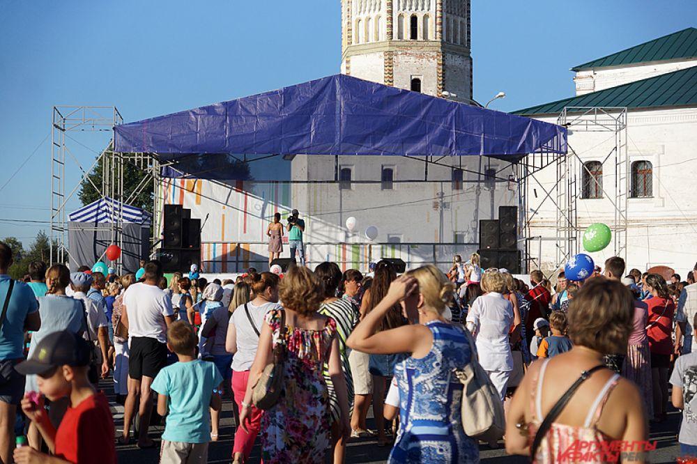 На сцене выступали творческие коллективы Пермского края.