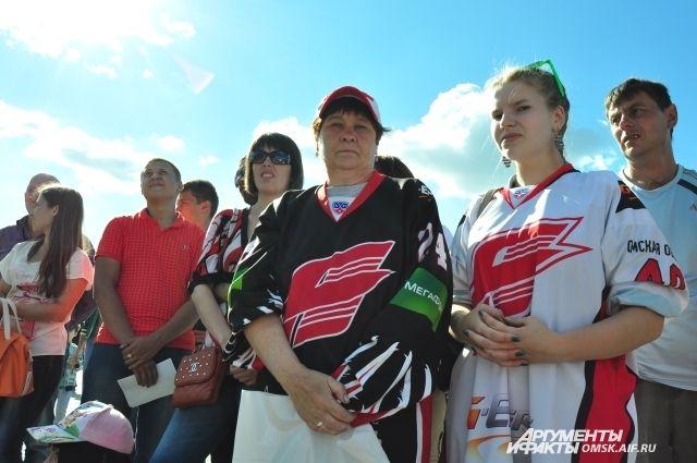Омичи ежегодно приходят отдохнуть на хоккейный праздник.