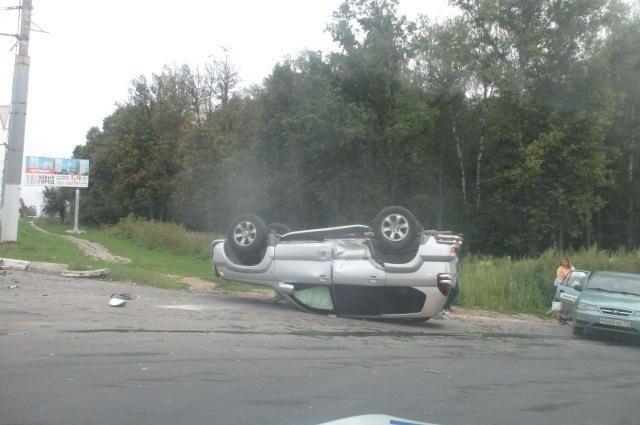 В результате аварии иномарка опрокинулась в кювет.