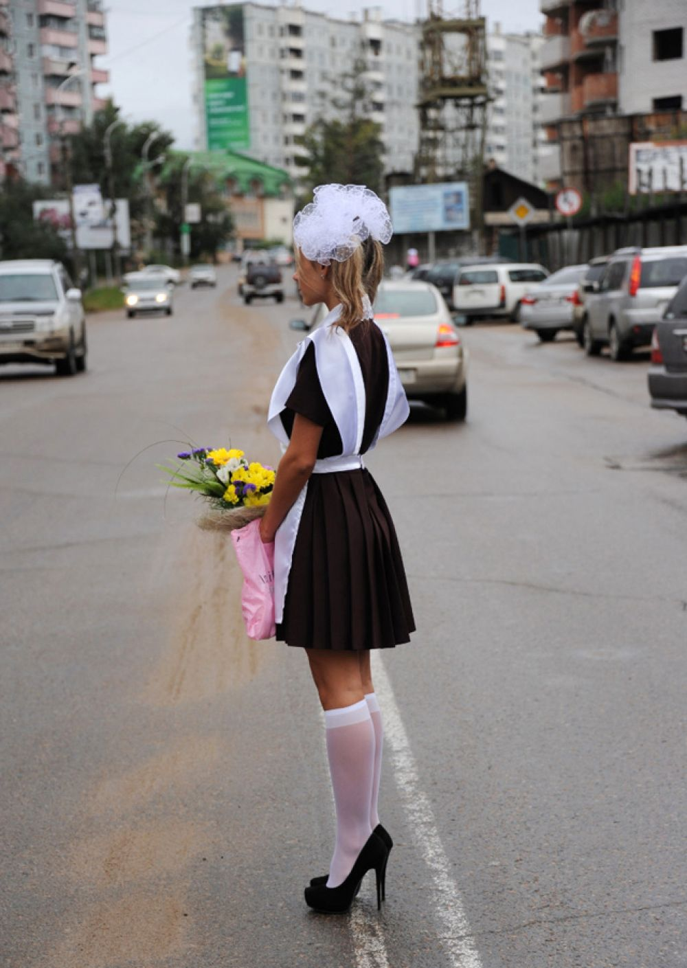 Старшеклассница перед торжественной линейкой в День знаний в читинской школе № 9, 2012 год.