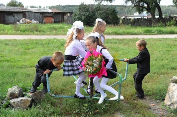 Первоклассники играют во время перемены в общеобразовательной школе в деревне Устьянцево Челябинской области, 2013 год.
