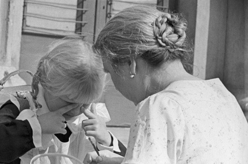 Первоклассница средней школы № 7 Ленинградского района с мамой в День знаний, 1963 год.