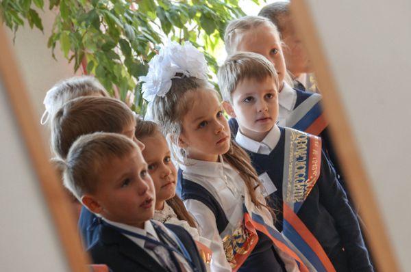 Ученики перед уроком в День знаний в гимназии №1728 города Москвы, 2015 год.