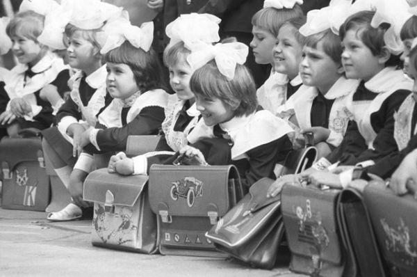 Первоклассники одной из средних школ в День знаний. Украинская ССР, 1984 год