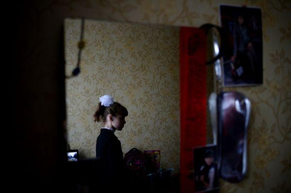 Беженка из Украины 10-летняя Елизавета Кошуба дома после первого дня в российской школе в городе Старая Русса Новгородской области, 2014 год.