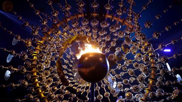 На этом фото олимпийский огонь еще горит