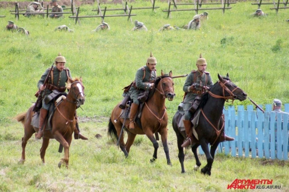 Кавалергарды, кирасиры и казаки сражались с драгунами, маневрировали, контратаковали.
