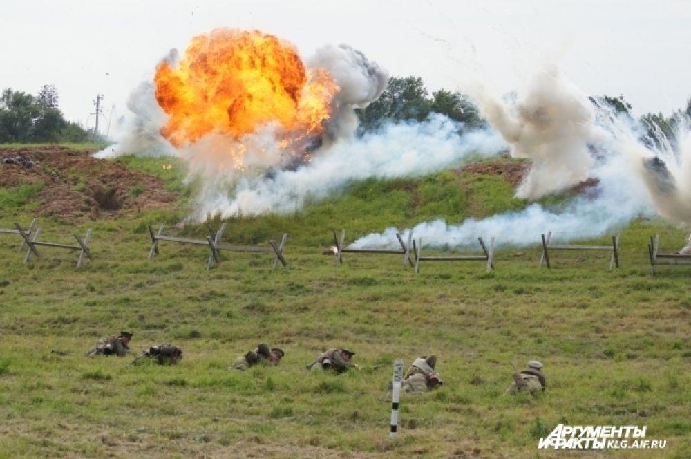Пиротехники постарались: накануне сражения они работали всю ночь - на поле сделали около 200 закладок.