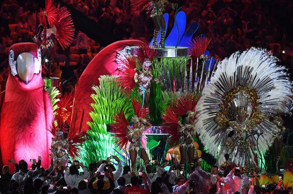 Бразильские краски и невероятные танцовщицы впечатляют независимо от того, на маскараде вы или на закрытии олимпийских игр