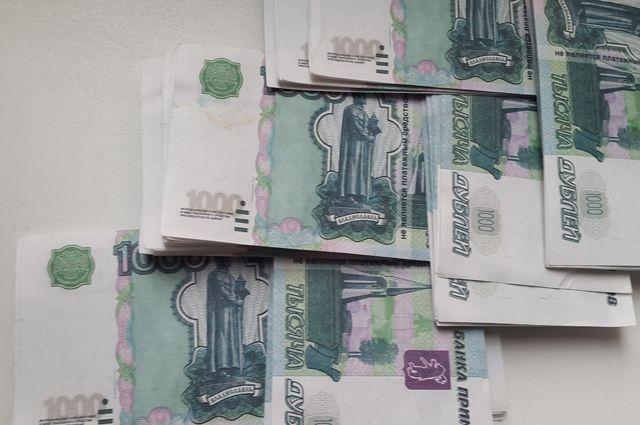 Женщина подозревается в краже крупной суммы денег .