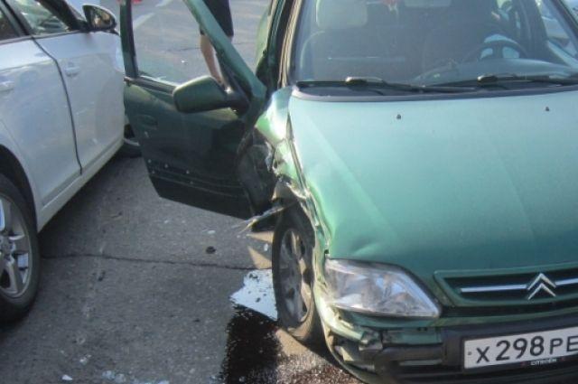 НаЛенинградском проспекте вЯрославле столкнулись три автомобиля имаршрутка