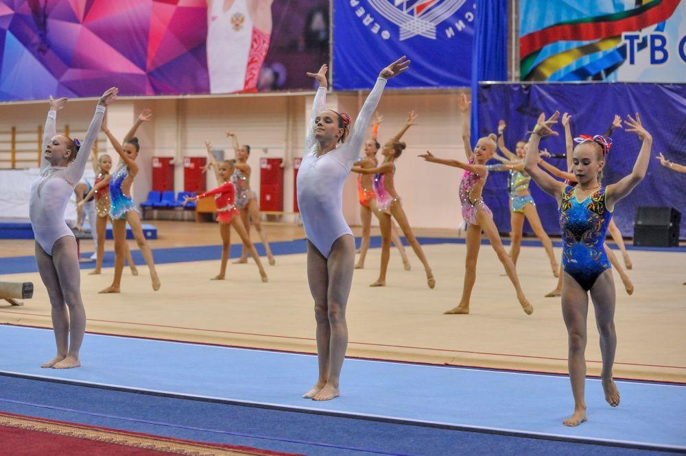 Воспитанницы пензенской школы гимнастики выступили с номером «Бразилия». В центре: Наталья Капитонова, запасная женской сборной России на Олимпиаде в Рио-де-Жанейро