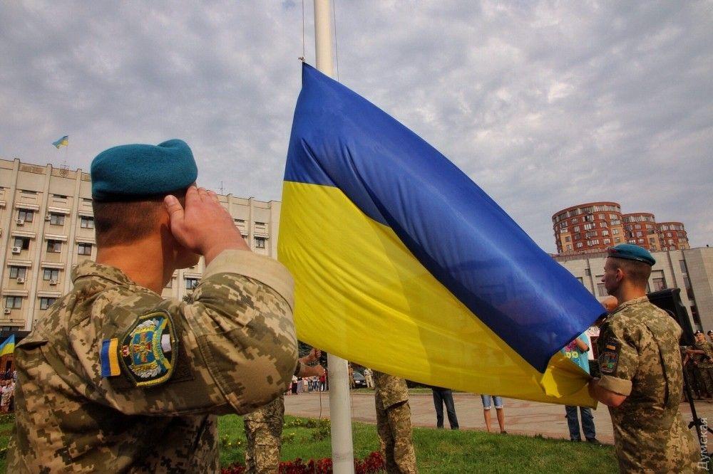 А вот так поднимали флаг под Одесской областной госадминистрацией