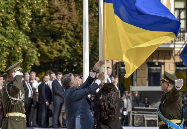 В такой день поднять украинский флаг в Киеве приехал президент Украины, Петр Порошенко. С ним также была его супруга Марина Порошенко