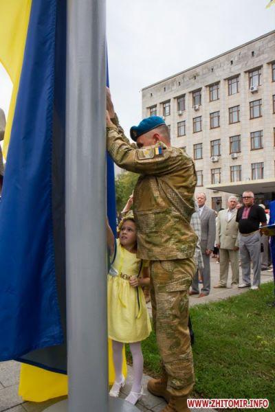 Участник АТО со своей дочерью поднимали этот флаг