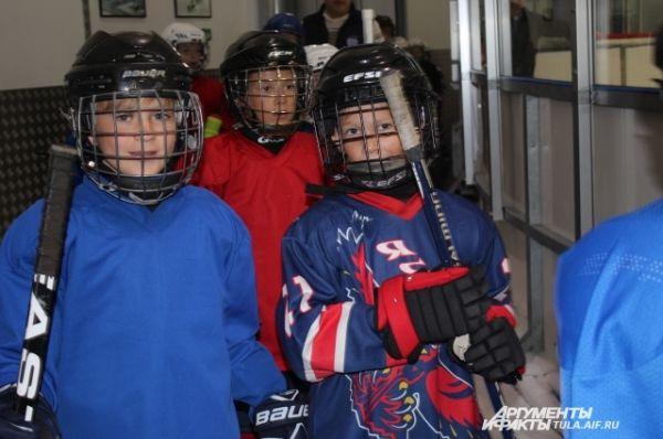 Юные хоккеисты занимаются на Ледовой арене в Туле