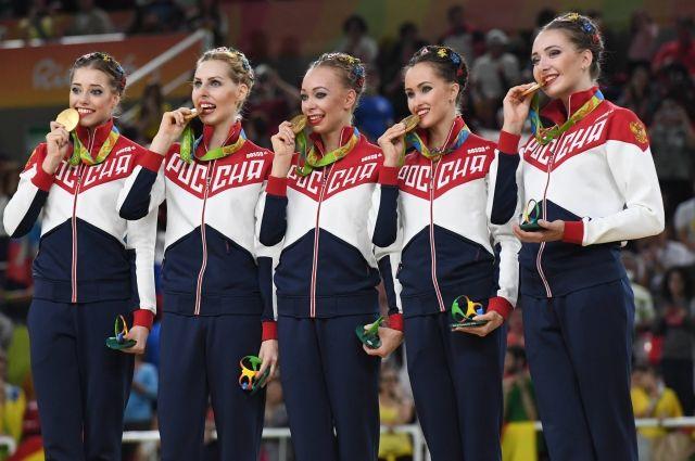 Сборная России по художественной гимнастике в групповых упражнениях в Рио. Вера Бирюкова - крайняя слева