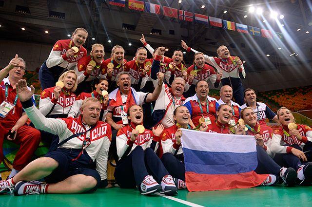 Спортсменки и тренеры сборной России, завоевавшие золотые медали в женском гандбольном турнире на XXXI летних Олимпийских играх, на церемонии награждения.